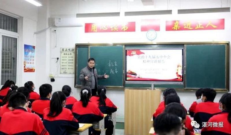 区委书记柳波到校园宣讲党的十九届五中全会精神时强调:努力学习,增强本领,做一个对国家、对家庭有用的人3.jpg