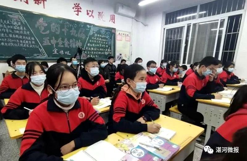区委书记柳波到校园宣讲党的十九届五中全会精神时强调:努力学习,增强本领,做一个对国家、对家庭有用的人5.jpg